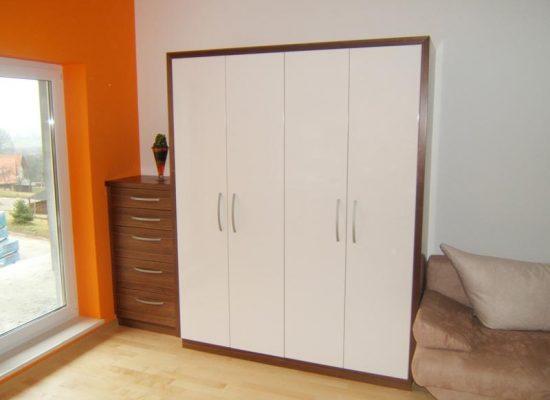 Garderobna omara v spalnici - Mizarstvo Stare Vladimir