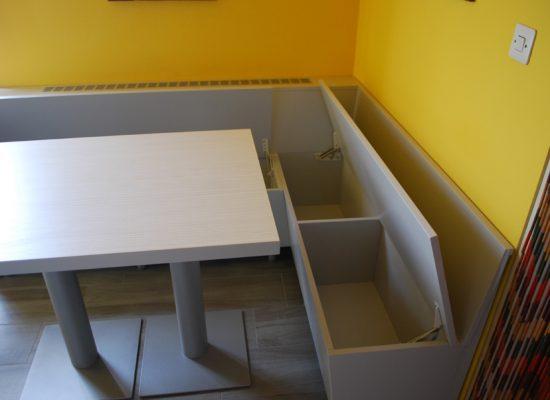 Kotna klop s prostorom za shranjevanje