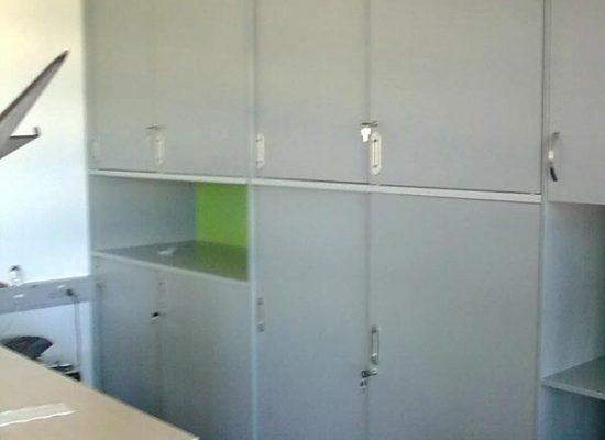 Pisarniško pohištvo v sveže belo zeleni barvi
