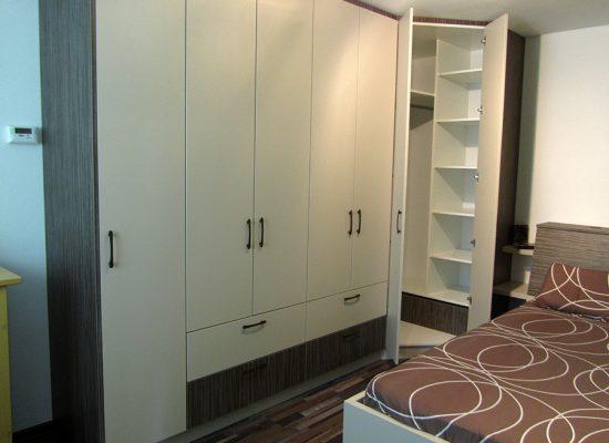 Spalnica z veliko garderobno omaro
