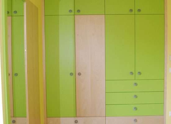 Garderobna omara primerna za otroško ali mladinsko sobo