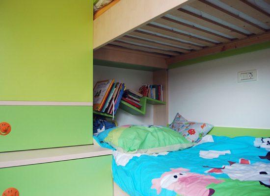 Razgibane poličke v otroški sobi