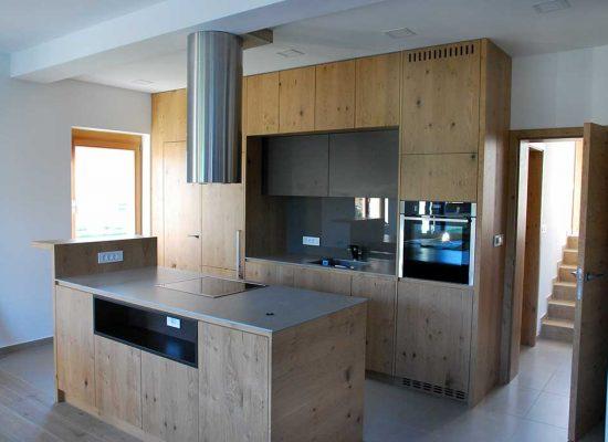 Moderna kuhinja z otokom - mizarstvo Stare Tomaž