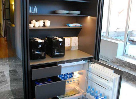 Poslovni prostor z malo kuhinjo po meri
