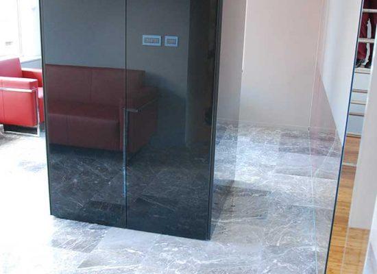 Kuhinja s steklom v sejni sobi