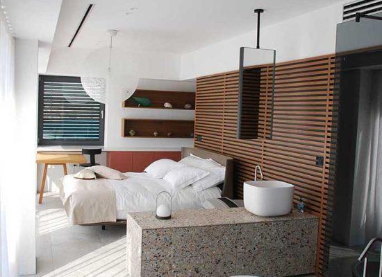 Moderna spalnica s kopalnico po meri