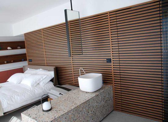 Moderna spalnica s pohištvom po meri