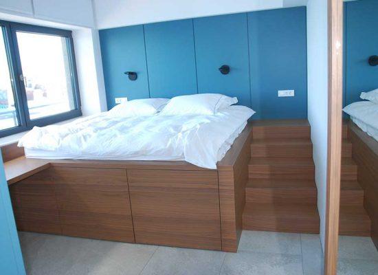 Dvignjena postelja s pogledom na morje